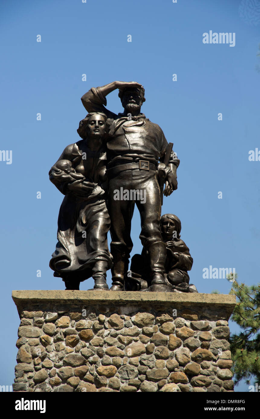 Donner Pass monument, Statue of father, mother, young boy and baby on top of stone pedestal - Stock Image