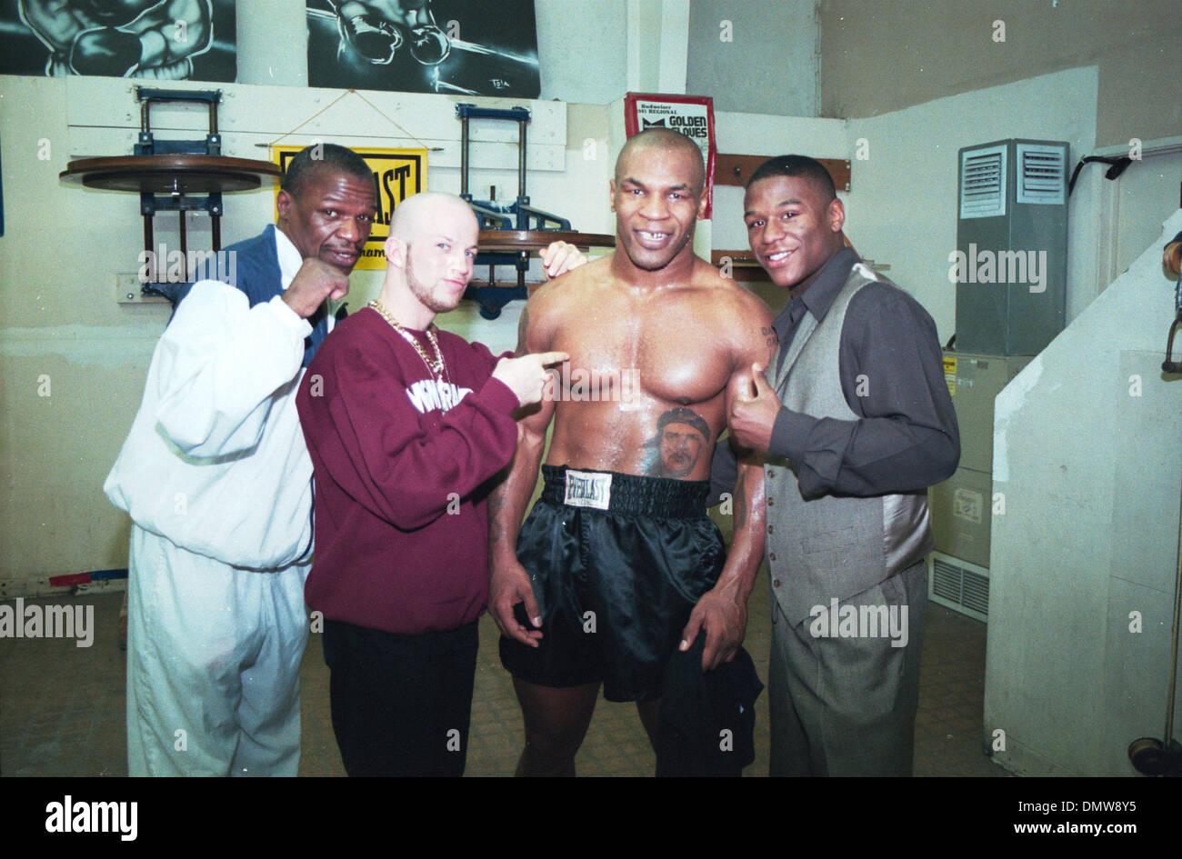 ¿Cuánto mide Mike Tyson? - Altura - Real height Jan-28-2002-las-vegas-nv-usa-file-photo-1999-!-ltor-trainer-floyd-DMW8Y5