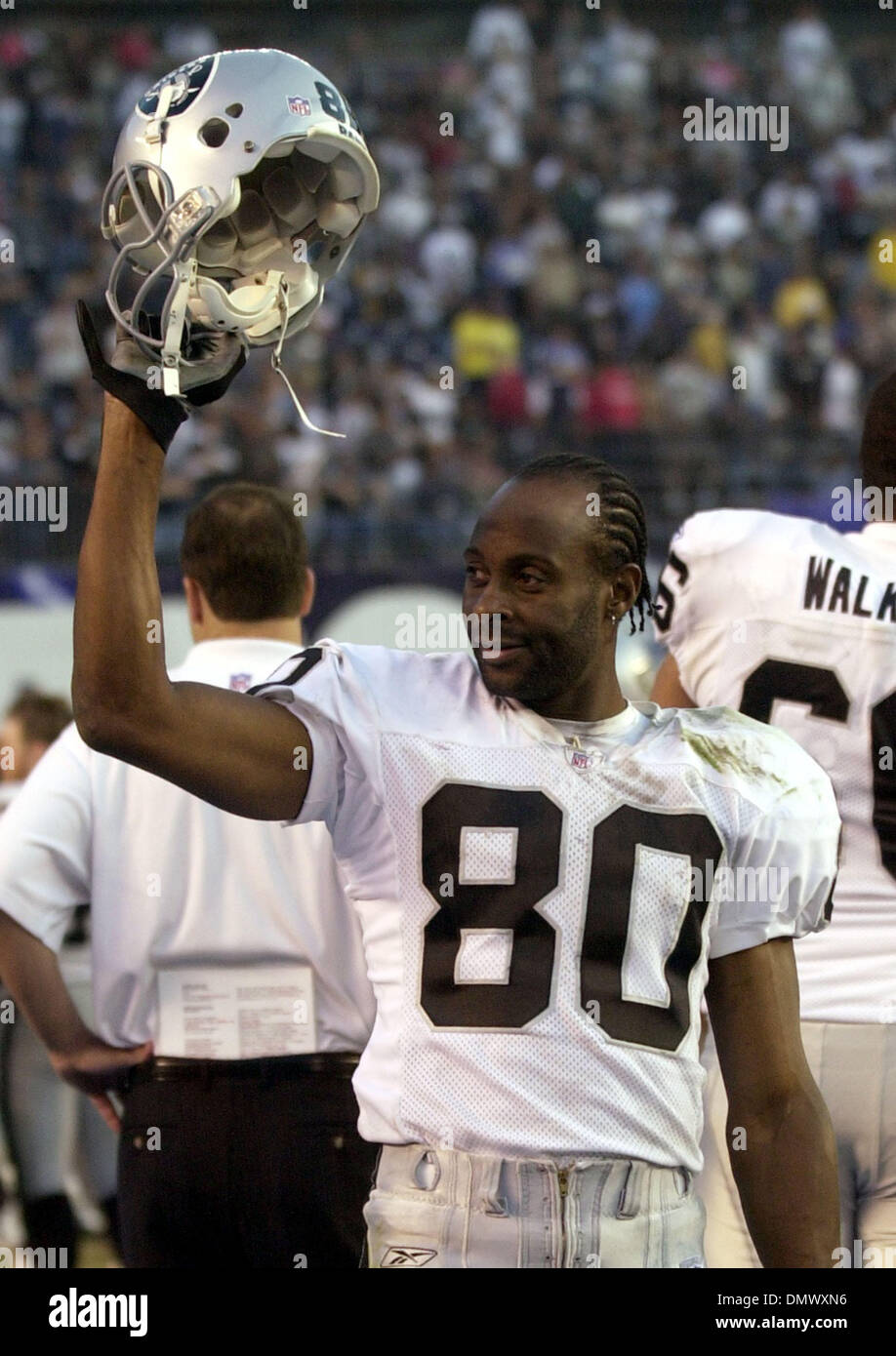 Dec 08, 2002; San Diego, CA, USA; Oakland Riaders' Jerry Rice, #80, acknowledges the crowd as the final minutes wind down in the 4th quarter of their game against the San Diego Chargers on Sunday, December 8, 2002 at Qualcomm Stadium in San Diego, Calif. Oakland beat San Diego 27-7. - Stock Image