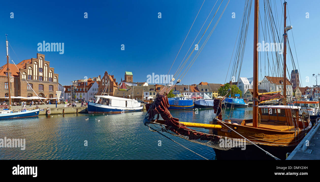 Old Harbour with Wassertor and Church of St. Nicholas, Wismar, Mecklenburg-Vorpommern, Germany - Stock Image