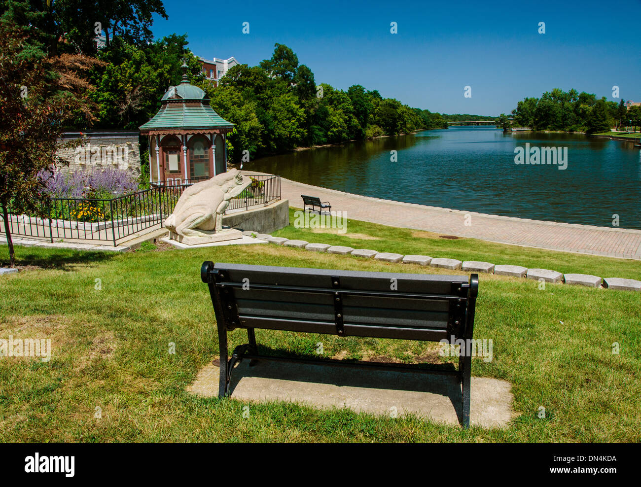 Park bench overlooking the Fox River in Batavia, Illinois, a town along the Lincoln Highway - Stock Image