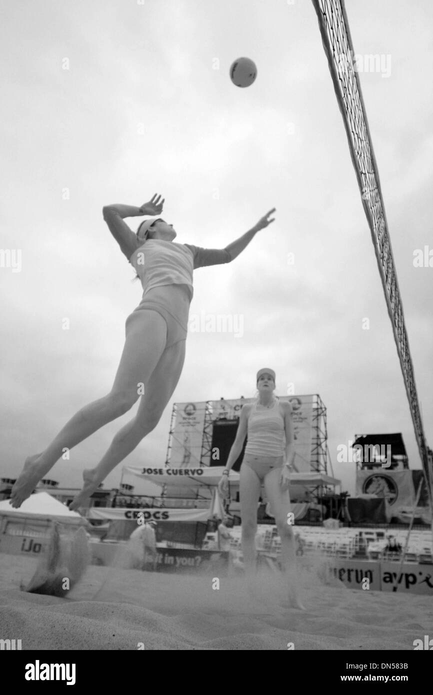 Jun 11, 2006; Hermosa Beach, CA, USA; MISTY MAY-TREANOR and KERRI WALSH JENNINGS lose their first match in a 22 winning streak. Beating Annette Davis and Jennifer Jordan in the semi-finals, matched them with Rachel Wacholder and Elaine Youngs in the finals, the number 2 seeds in the tournament, to who they lost 21-18, 24-22. They have only been beaten by Rachel Wacholder and Elaine - Stock Image
