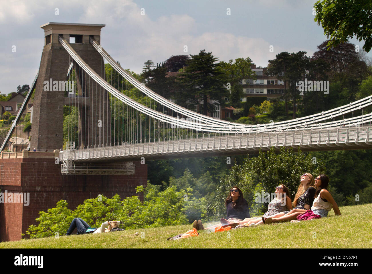 Students make the most of the hot weather in front of Clifton Suspension Bridge, Bristol - Stock Image