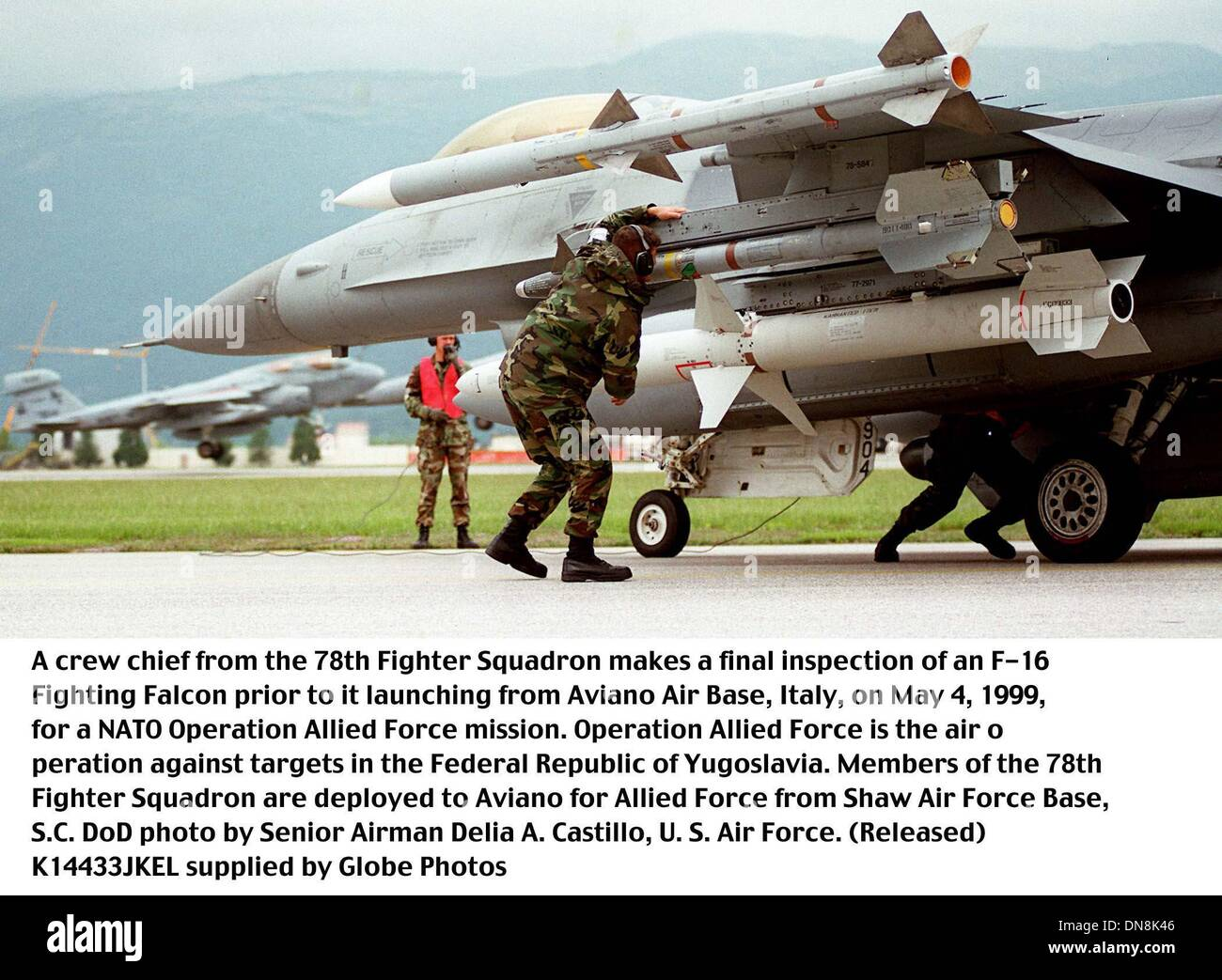 May 1, 1999 - Aviano Air Base, Italy - K14433JEKL      05/04/99.990504-F-4760-011..A crew chief from the 78th Fighter Squadron makes a final inspection of an F-16 Fighting Falcon prior to it launching from Aviano Air Base, Italy, on May 4, 1999, for a NATO Operation Allied Force mission.  Operation Allied Force is the air operation against targets in the Federal Republic of Yugosla - Stock Image