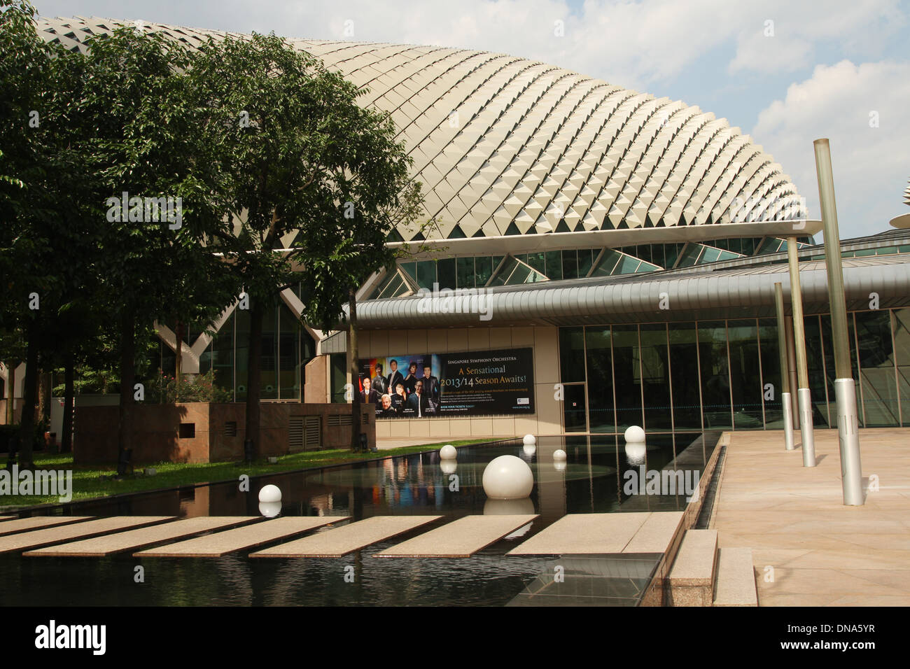 Reflecting Pool at the Esplanade - Theatres on the Bay. Singapore. - Stock Image