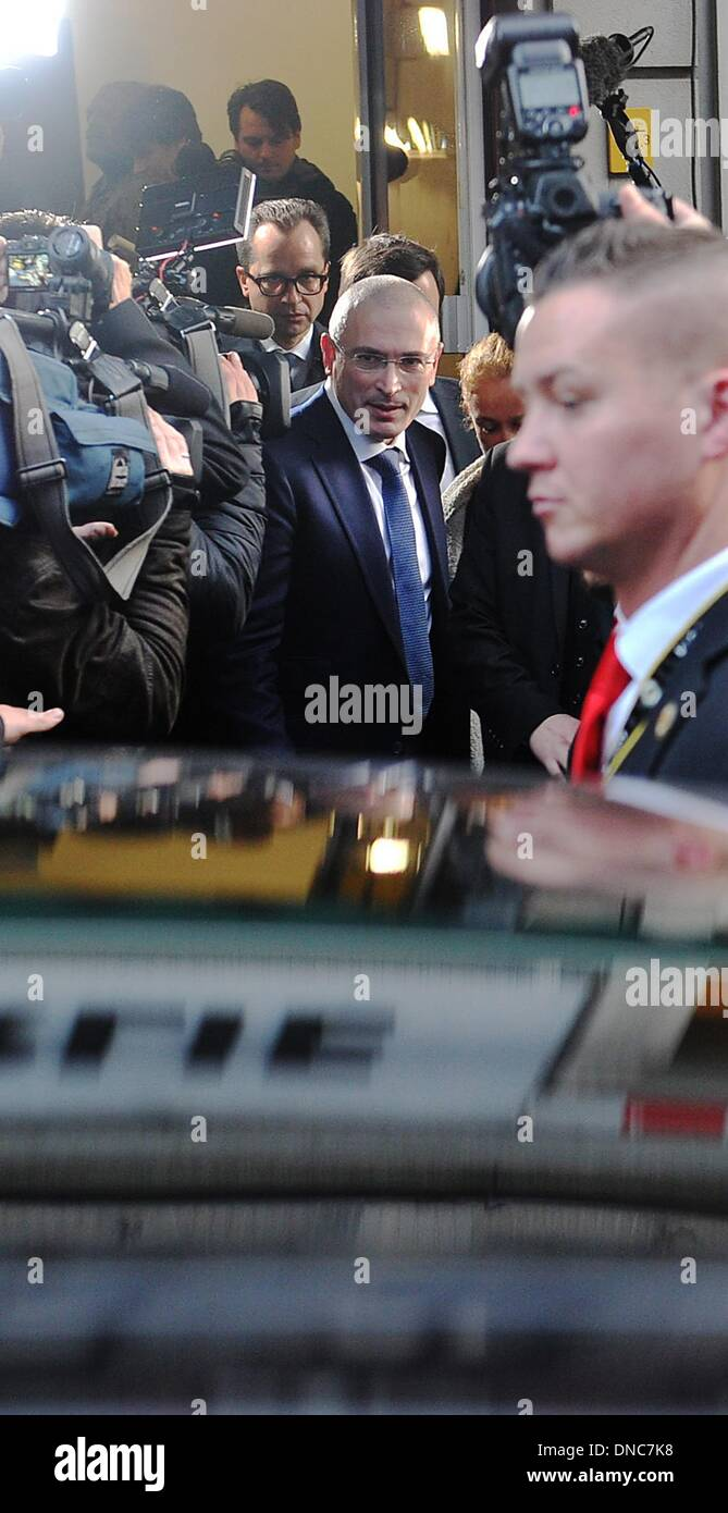 Berlin, Germany. 22nd Dec, 2013. Russian former oil tycoon Mikhail Khodorkovsky (C) leaves a press conference at Stock Photo
