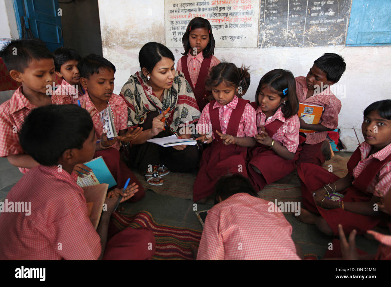 A view of a classroom with students and teacher. Ashram school at Rangapura, Zabua district, Madhya Pradesh - Stock Image