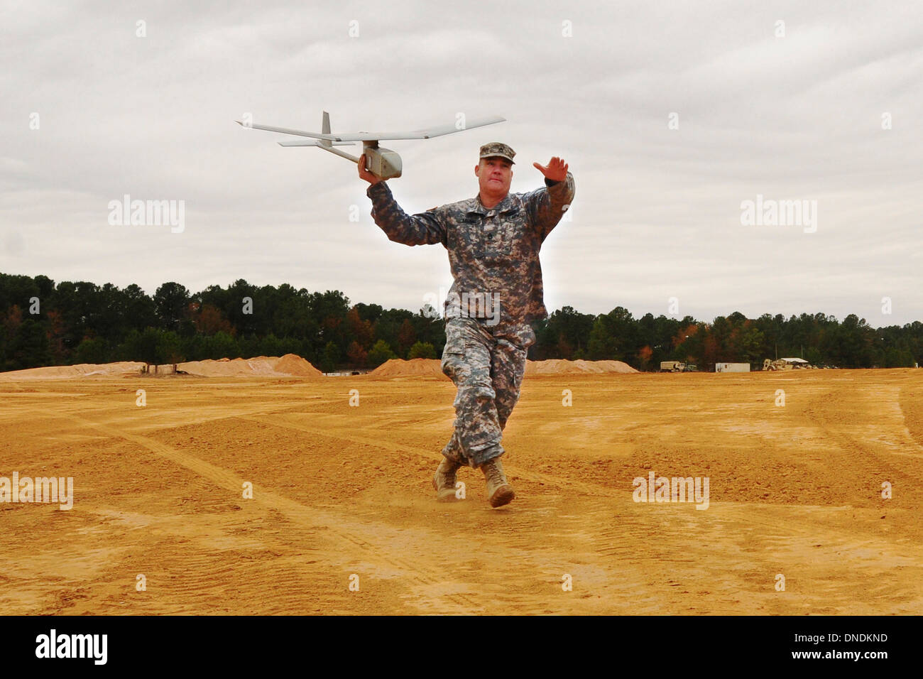 A US Army soldier launches a RQ-11B Raven unmanned aerial system before an instruction flight at McCrady Training Center November 21, 2013 in Eastover, S.C. - Stock Image