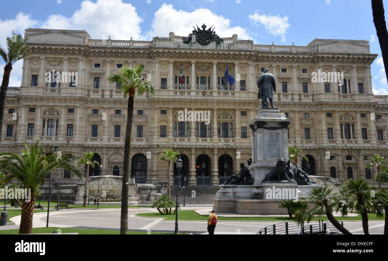 Rome, Italy. 11th May, 2013. The Palace of Justice (Palazzo di Giustizia) and a Cavour monument in Rome, Italy, 11 May 2013. The building was built between 1888 and 1910 in order to unify the different courts. The statue shows the first Italian Prime Minister Camillo Benso di Cavour. Photo: Waltraud Grubitzsch - NO WIRE SERVICE/dpa/Alamy Live News - Stock Image