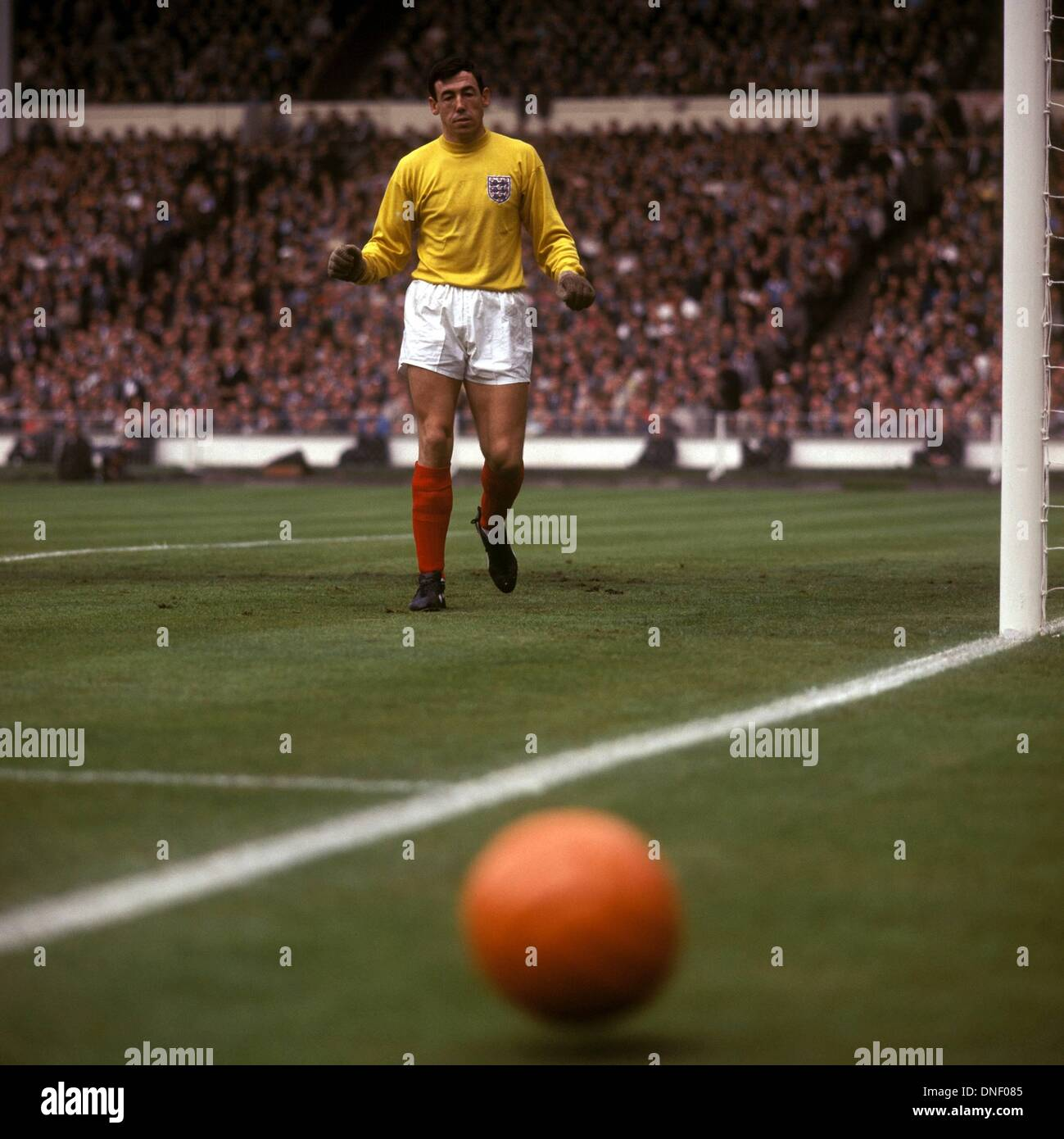 30.07.1966. Wembley Stadium, London, England. Goalkeeper Gordon Banks (England) watches the ball go wide at the 1966 London world cup final between England and germany. - Stock Image