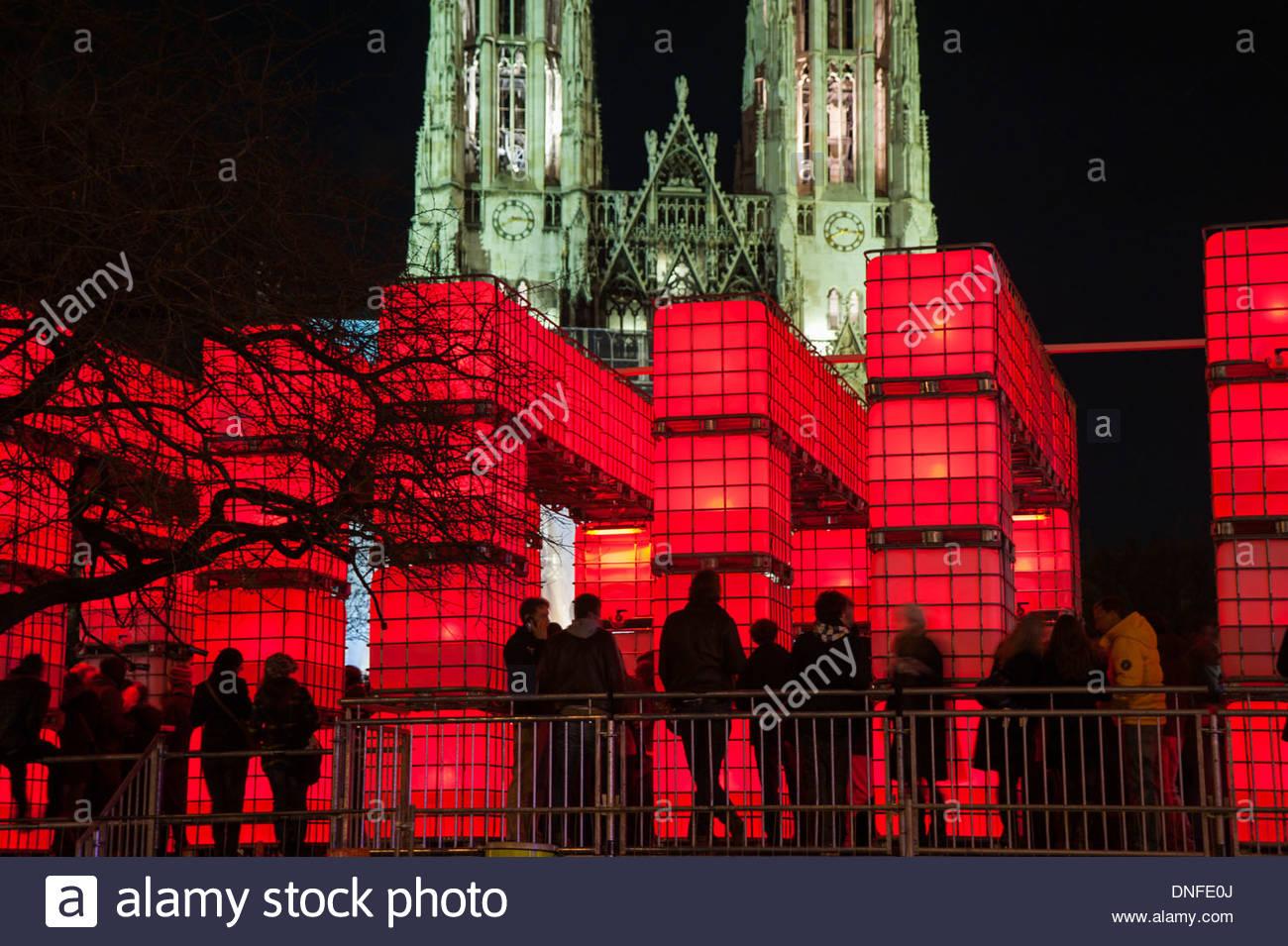 Wien, Kunstinstallation und Weihnachtsmarkt Kubik vor der Votivkirche (www.kubikwien.at) Stock Photo