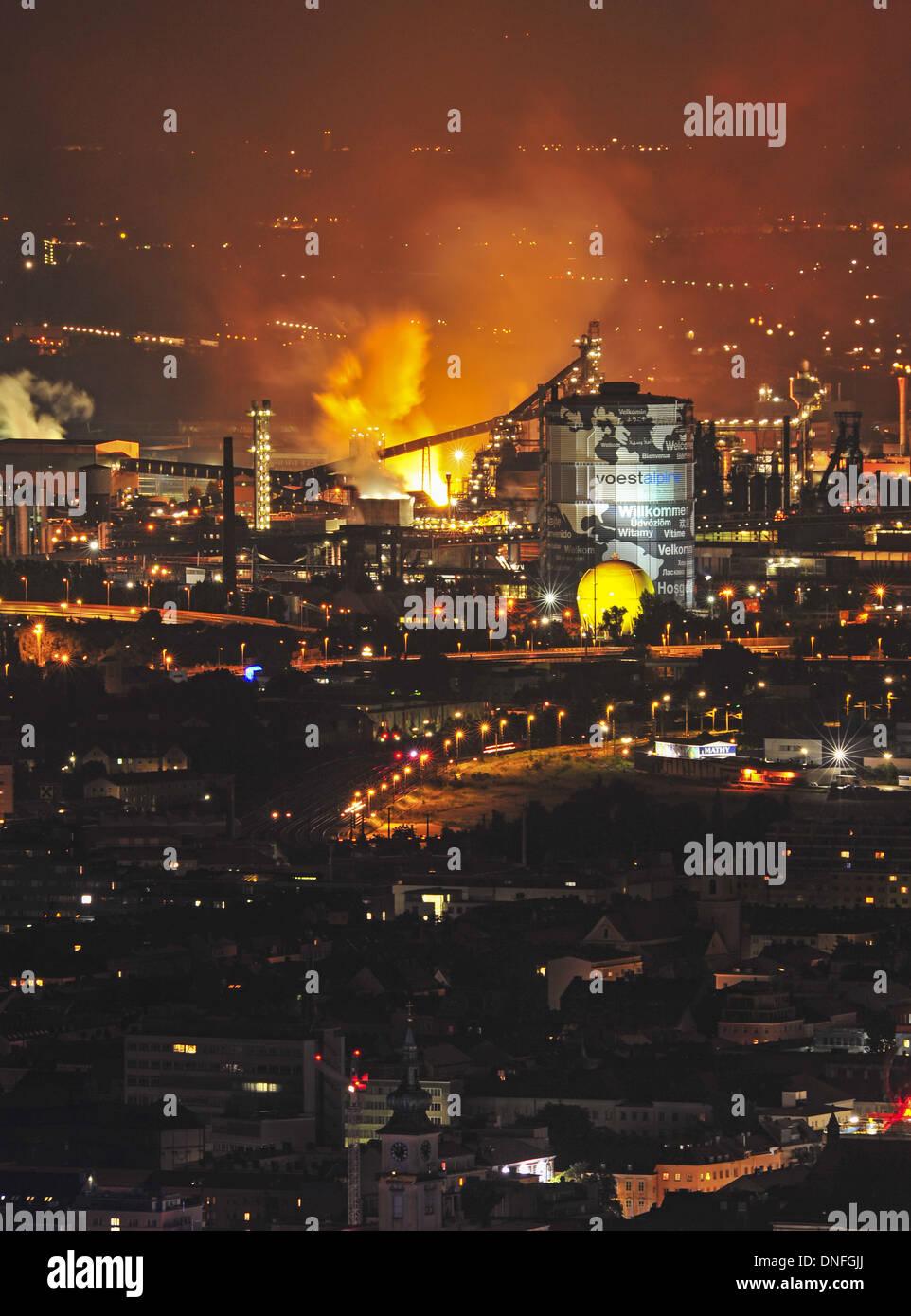 Blick vom Pöstlingberg auf VÖEST Linz, Industrie, Hochofen, Stadansicht, Nachtaufnahme - Stock Image