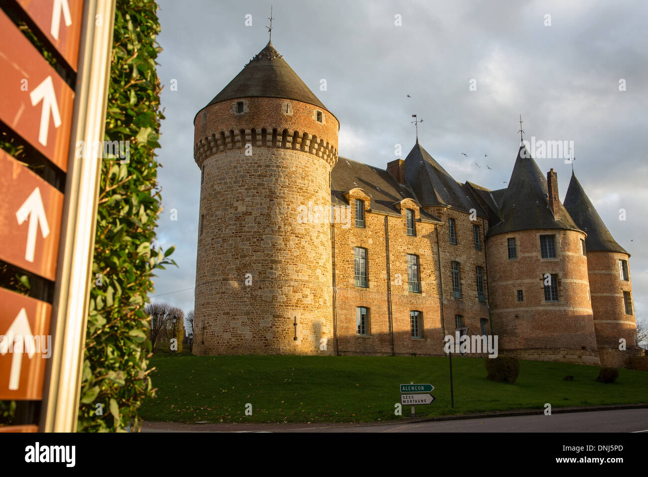 CHATEAU DE GACE, MILITARY EDIFICE BUILT IN THE 12TH CENTURY IN STONE AND RED BRICK, TRANSFORMED INTO A LORD'S RESIDENCE AND OCCUPIED BY THE ENGLISH DURING THE HUNDRED YEARS WAR, TODAY THE MAYOR'S OFFICE AND MUSEUM OF THE DAME AUX CAMELIAS, GACE, ORNE (61) - Stock Image