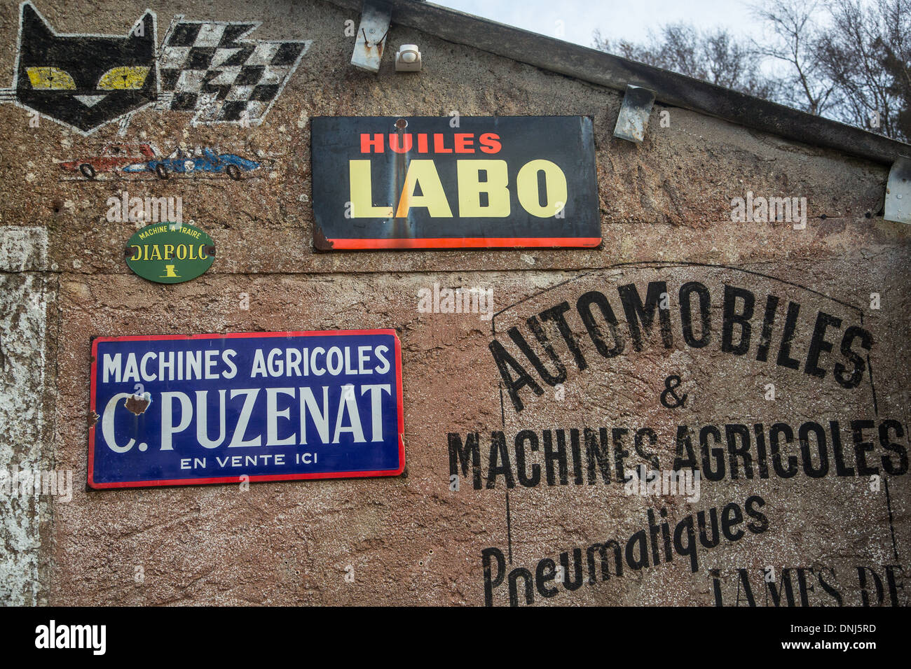 GARAGE, OLD-FASHIONED STREET DECOR WITH STORE FACADES FROM THE PREWAR PERIOD, MAISON DU BISCUIT, SORTOSVILLE-EN - Stock Image