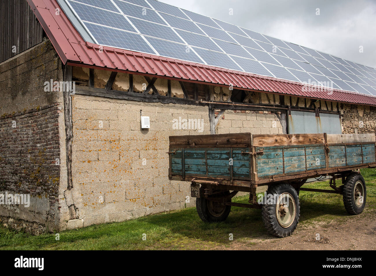 PHOTOVOLTAIC SOLAR PANELS ON THE ROOF OF THE FARMHOUSE AT THE SAINT-MAMERT FARM, BUIS-SOUS-DANVILLE, EURE (27), FRANCE - Stock Image