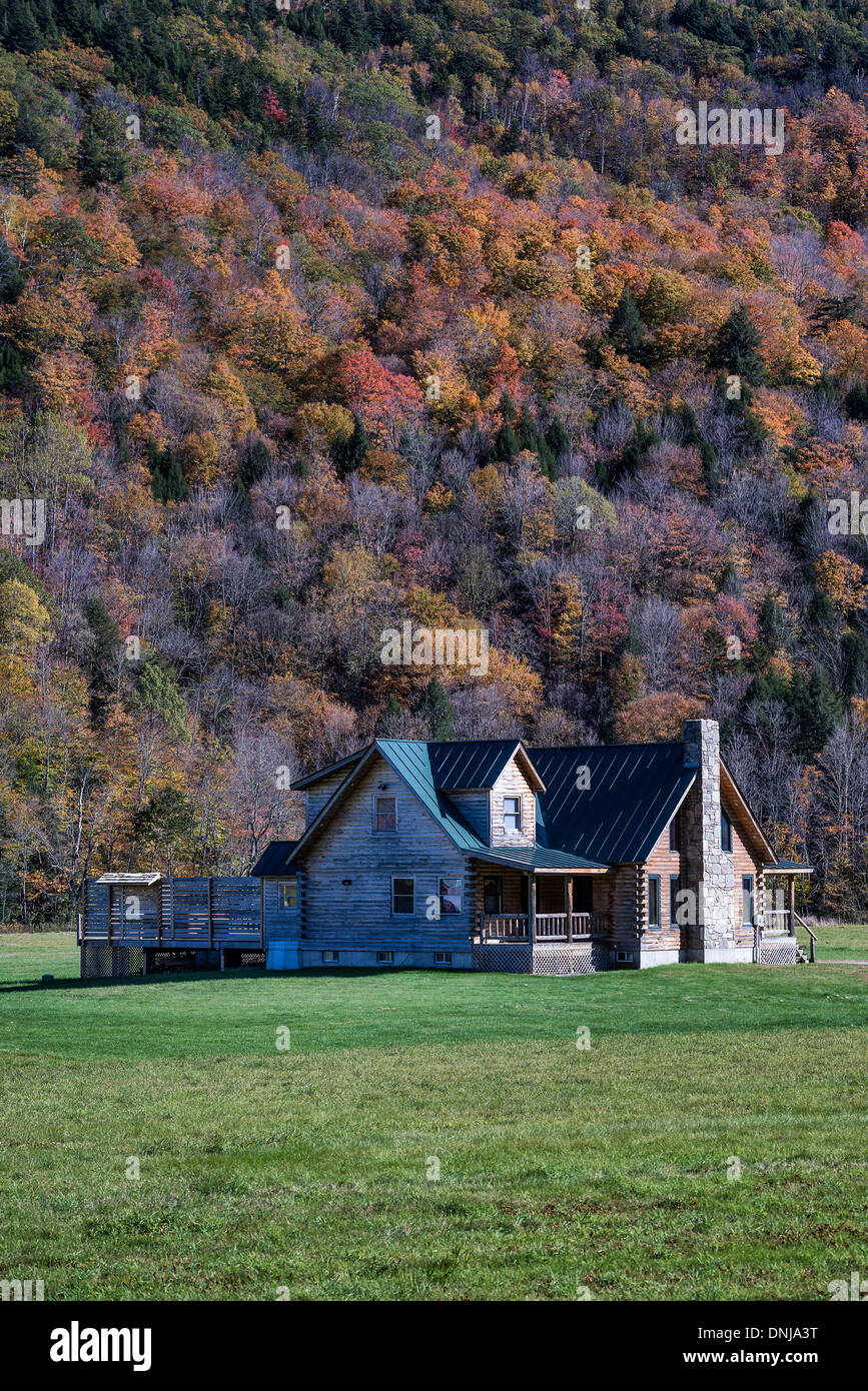 Log cabin house in rural countryside. - Stock Image