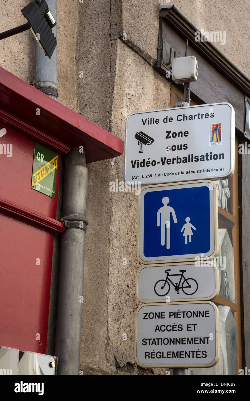 CAMERA SURVEILLANCE ZONE AND VIDEO FINES AT THE ENTRANCE TO THE PEDESTRIAN ZONE, CITY OF CHARTRES, EURE-ET-LOIR (28), FRANCE - Stock Image