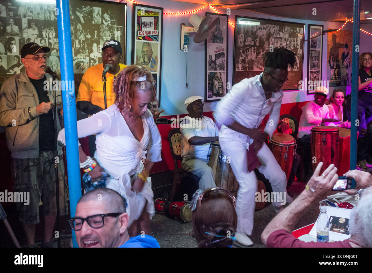 MUSICIANS AND DANCERS IN A MUSICAL BAR, CALLE SAN MIGUEL, HABANA CENTRO, HAVANA, CUBA, THE CARIBBEAN - Stock Image