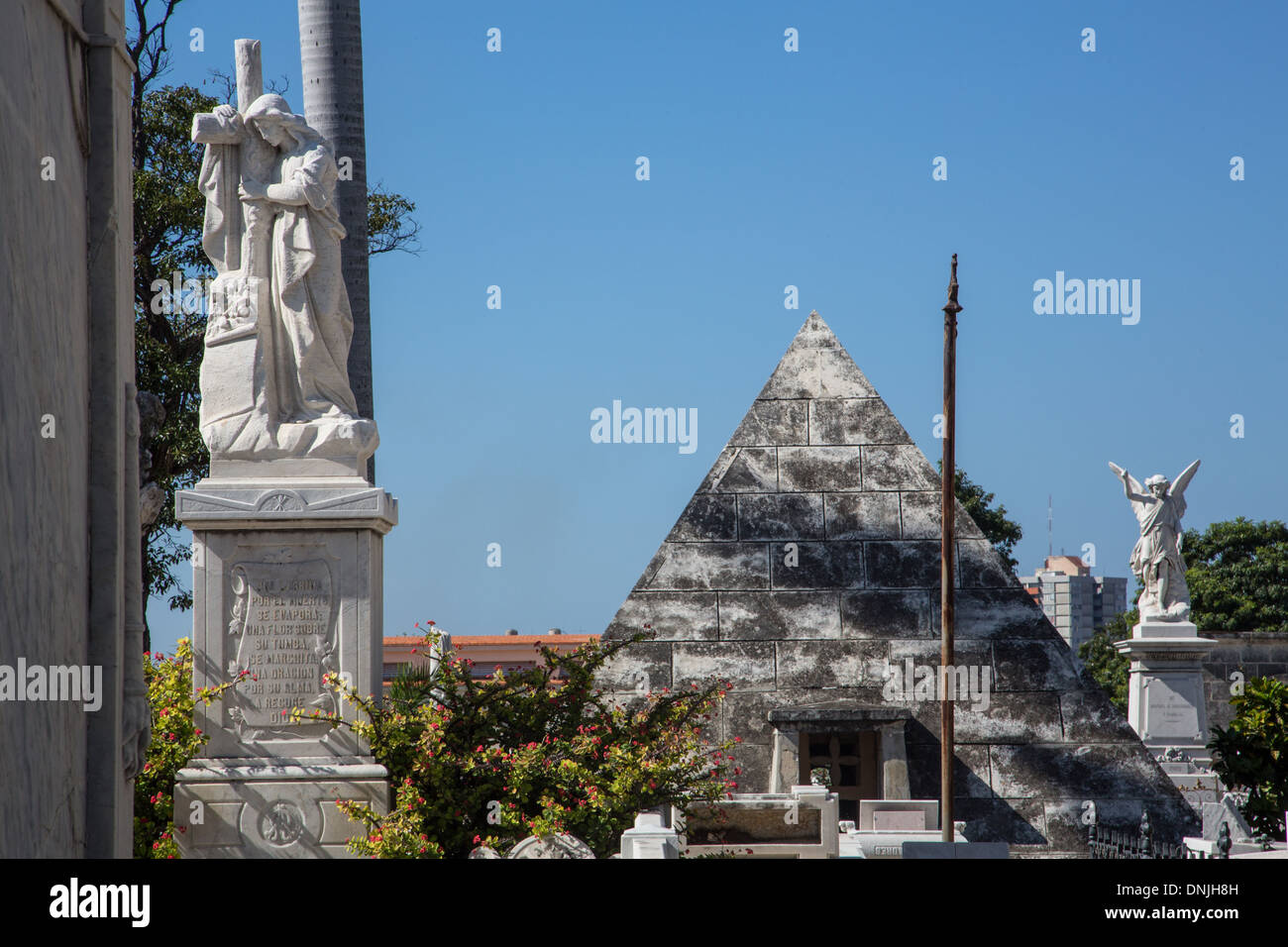 FUNERARY STELE AND PYRAMID IN THE COLON CEMETERY (CIMITERO), ONE OF THE BIGGEST CEMETERIES IN THE WORLD, VEDADO QUARTER, HAVANA, CUBA, THE CARIBBEAN - Stock Image