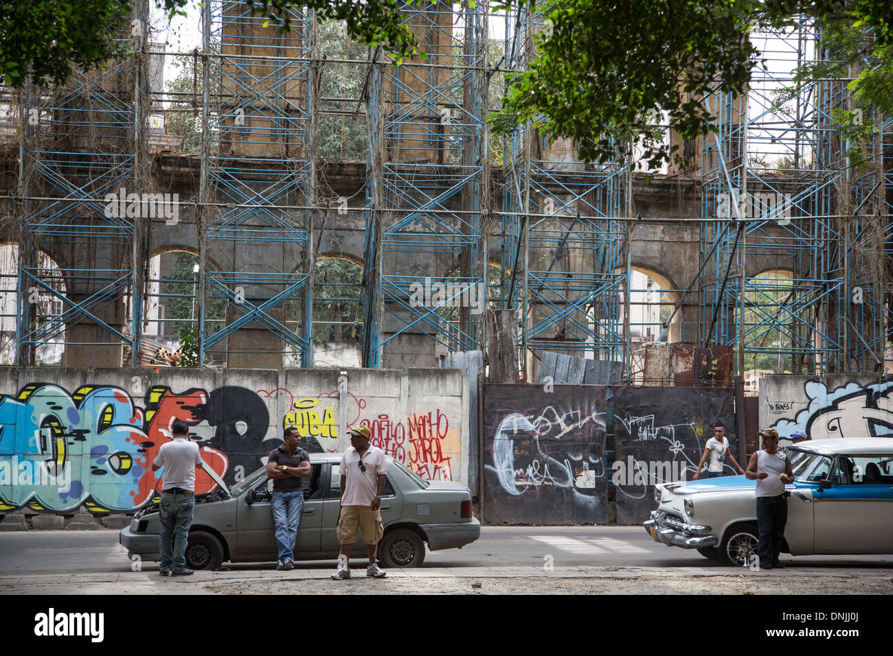 OLD AMERICAN CARS ON A STREET, DAILY LIFE, CALLE TENIENTE REY, HAVANA, CUBA, THE CARIBBEAN - Stock Image