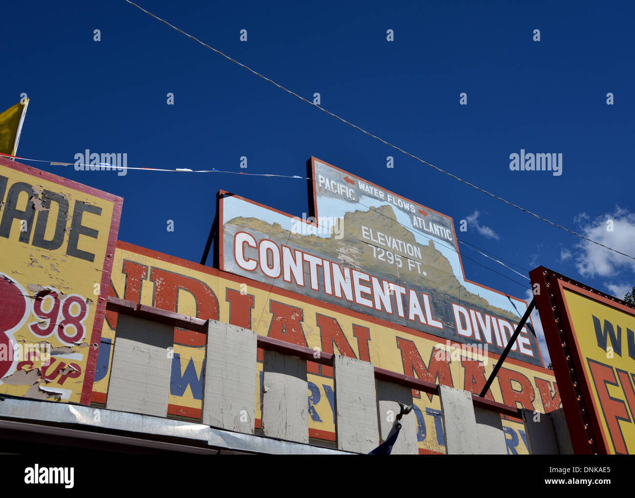 Continental Divide - marker sign and Indian Market on old Route 66 - Stock Image