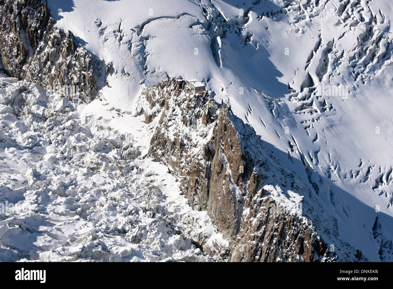 LES GRANDS MULETS MOUNTAIN HUT (aerial view). Hut perched precariously on granite needles and surrounded by steep glaciers. - Stock Image