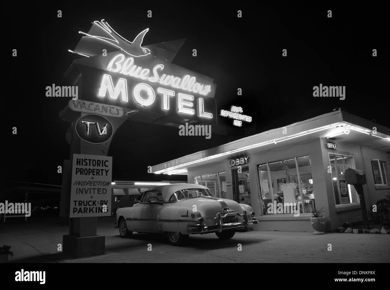 Route 66 landmark the Blue Swallow Motel, Tucumcari with old neon and a 50s Pontiac - Stock Image