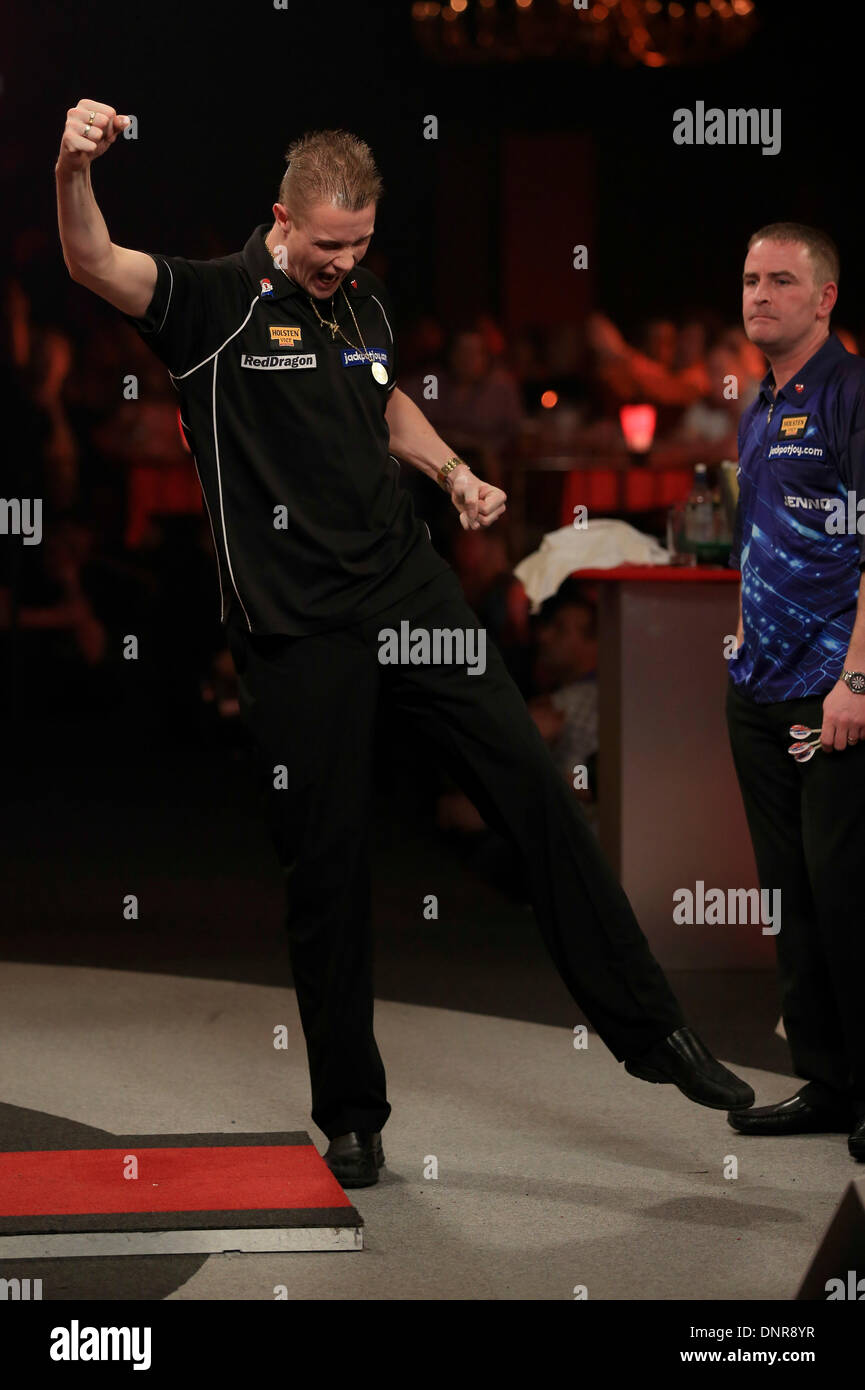 Frimley Green, Surrey, UK . 04th Jan, 2014. Wesley Harms (NETH) (black shirt) BEATS Paul Jennings (Eng) (blue shirt) in their first round match at the BDO darts championship, Lakeside, Frimley Green, Surrey. © Joanne Roberts/Alamy Live News Credit:  Joanne Roberts/Alamy Live News - Stock Image