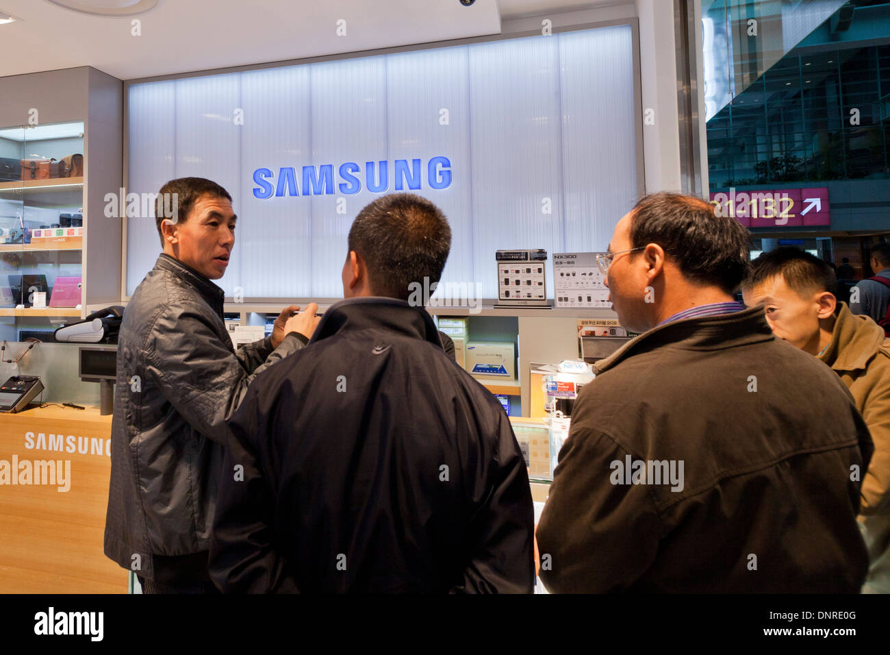 Shoppers in Samsung electronics store - Seoul, South Korea - Stock Image