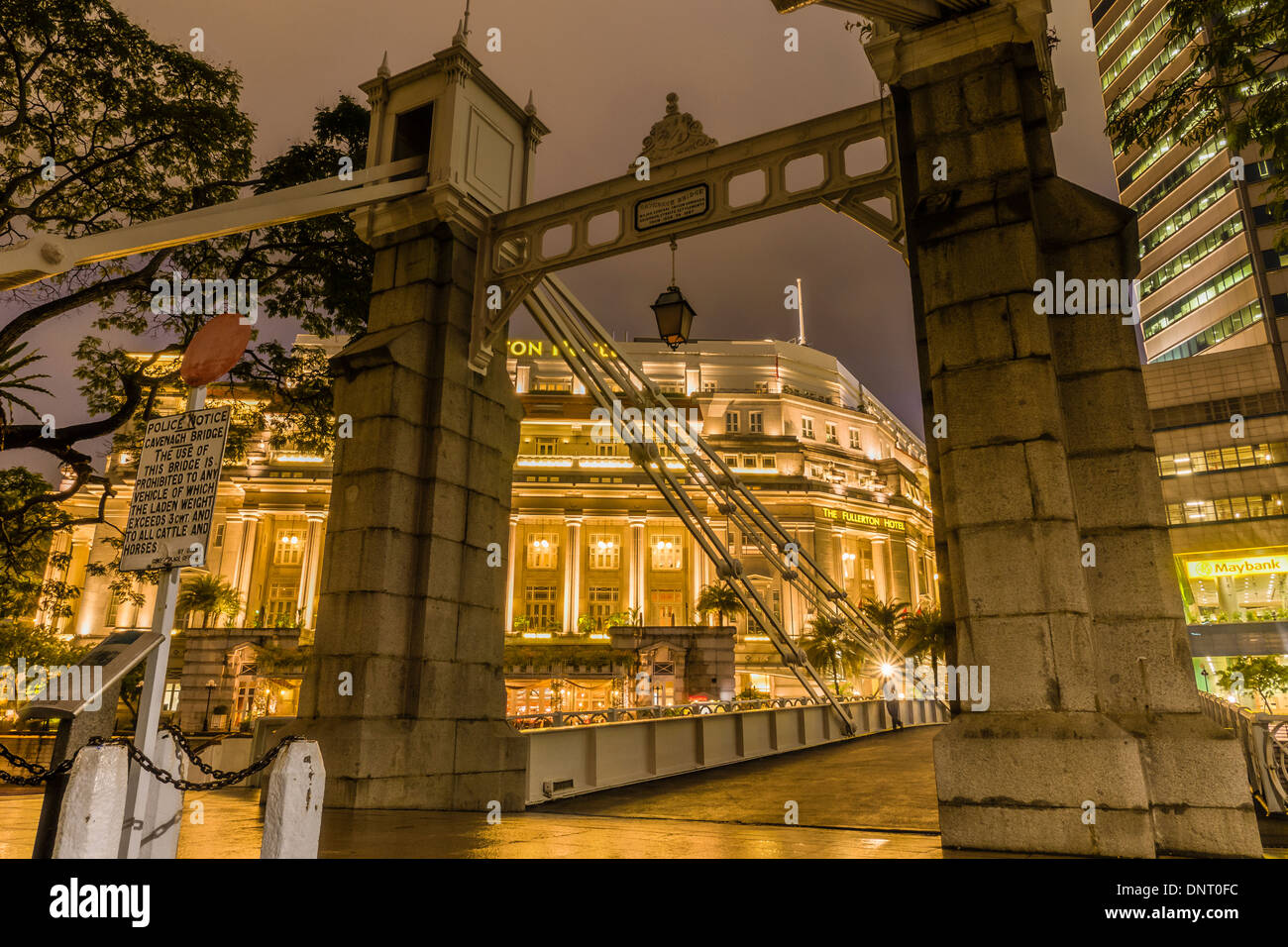 Night View of Cavenagh Bridge and The Fullerton Hotel, Singapore - Stock Image