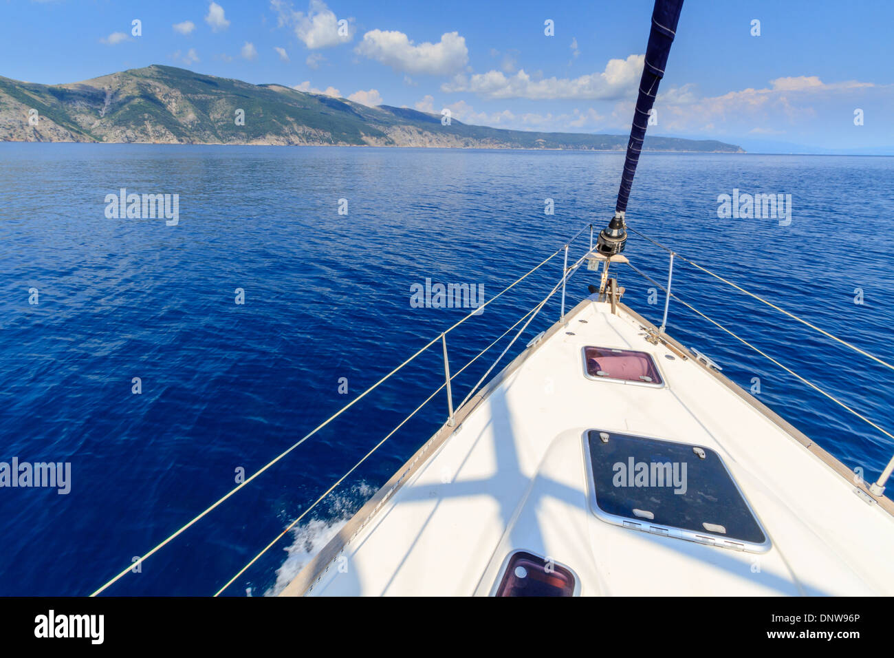Bow of sailing boat / yacht with blue sea - Stock Image