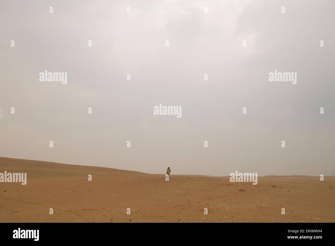 Tourist walking in the desert at Dahshur, Egypt. - Stock Image