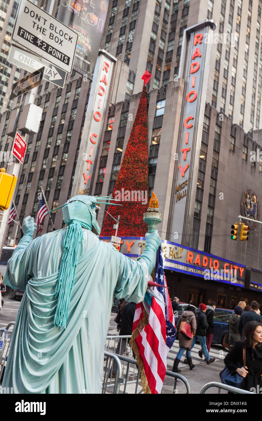 Statue of Liberty mime near Radio City Music Hall, Rockefeller Center, New York City. - Stock Image