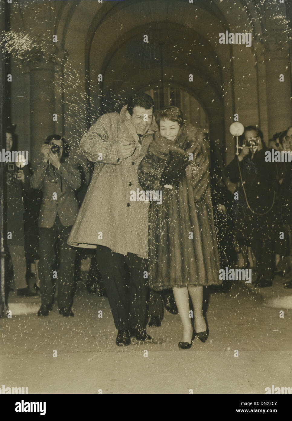 Jan 06, 1962 - Rome, Italy - RENATO SALVATORI and his new bride ANNIE GIRARDOT leave town hall while white rice are thrown in the air. (Credit Image: © KEYSTONE Pictures/ZUMAPRESS.com) Stock Photo