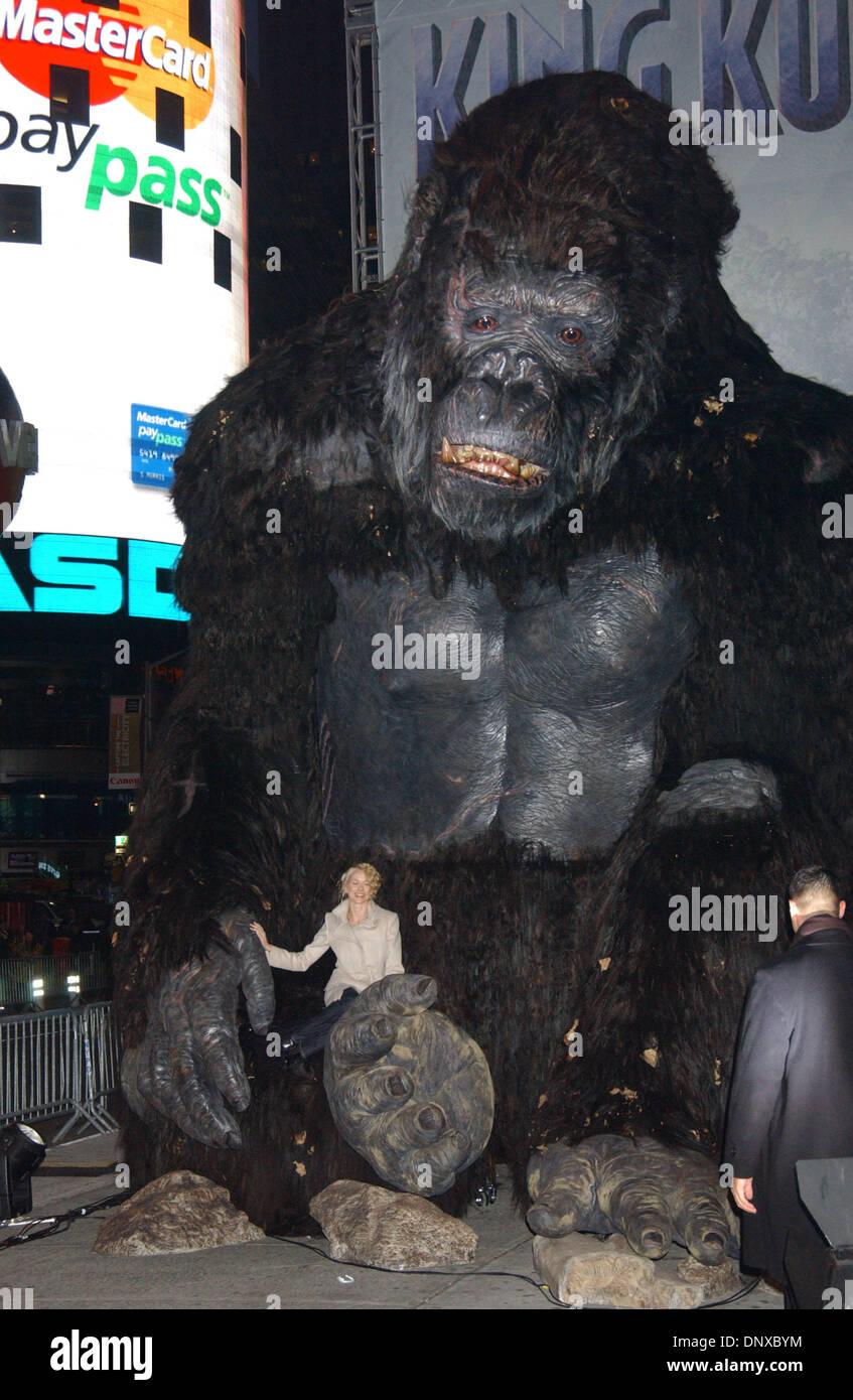Dec 05, 2005; New York, NY, USA; NAOMI WATTS in the hand of KING KONG at the 'King Kong' NYC - Press Conference Stock Photo