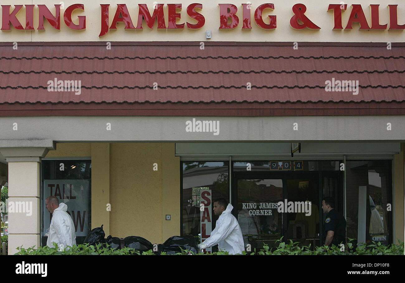 Apr 10, 2006; Boca Raton, FL, USA; Boca Raton Police Department investigators scoured the King James Big &Tall men's fashion store in the Glades Plaza shopping complex off of Glades Road in Boca Raton this morning Monday, April 10, 2006. Officials remove the first of two bodies from the store this afternoon.  Mandatory Credit: Photo by Thomas Cordy/Palm Beach Post/ZUMA Press. (©) C - Stock Image