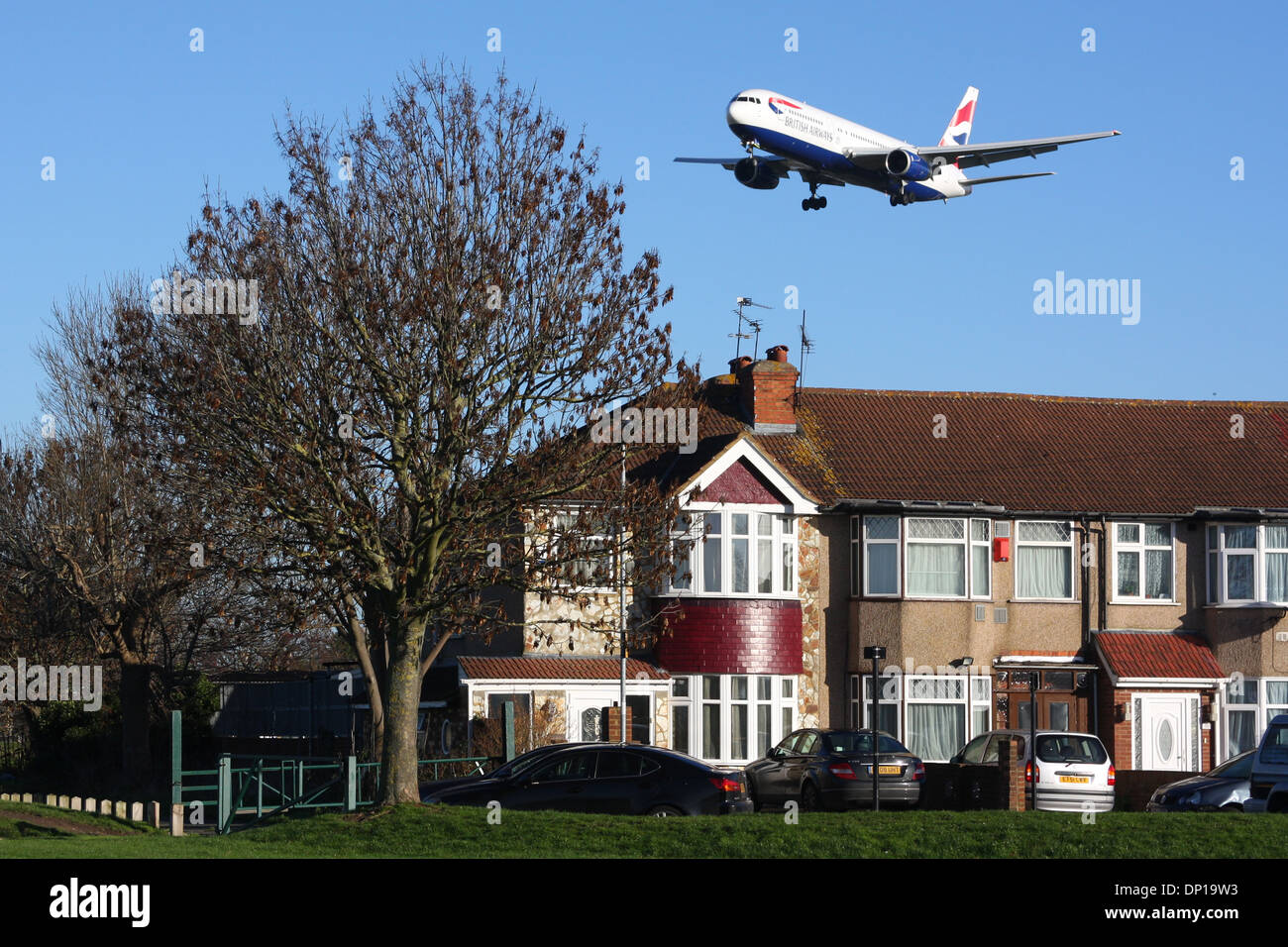 HOUSE PLANE AIRPORT NOISE - Stock Image