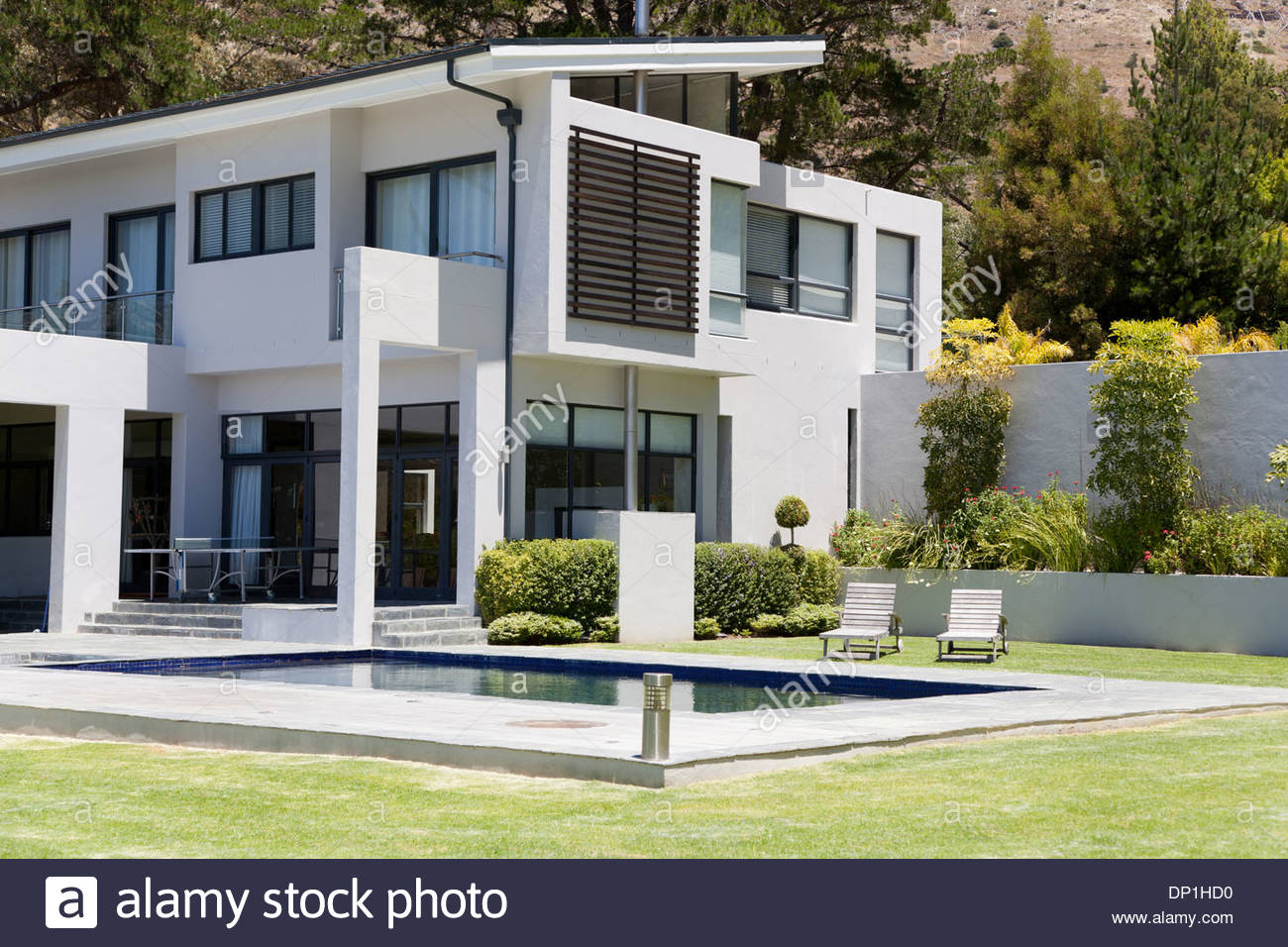 Modern home with swimming pool - Stock Image
