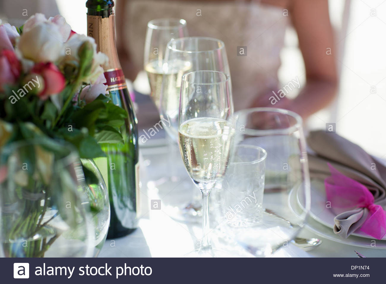 Bride and groom at dining table - Stock Image
