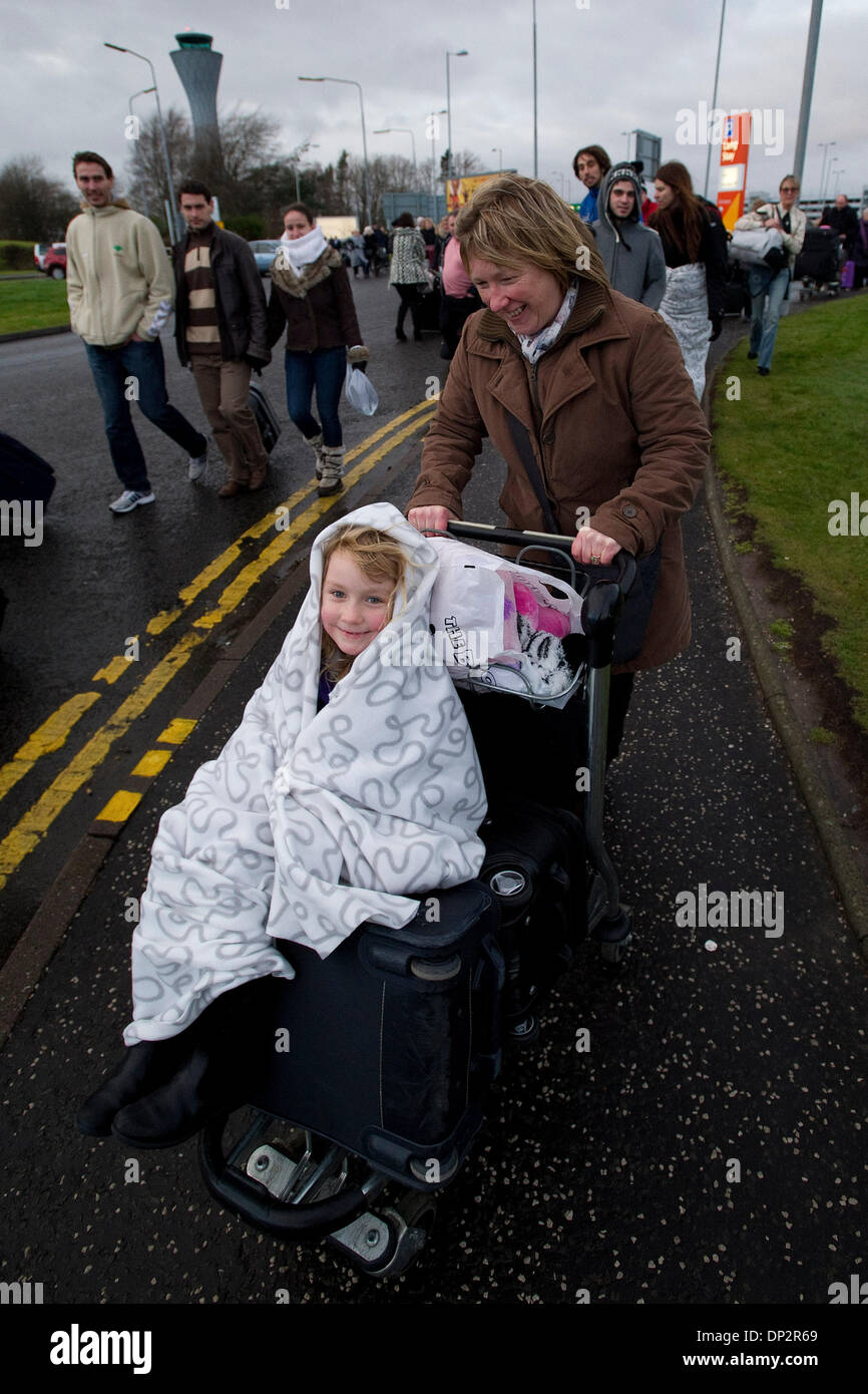 Edinburgh, Scotland, UK. 7th January 2014. Hundreds of passengers are evacuated from Edinburgh Airport  following the discovery of a suspicious package. Credit Steven Scott Taylor / Alamy Live News - Stock Image
