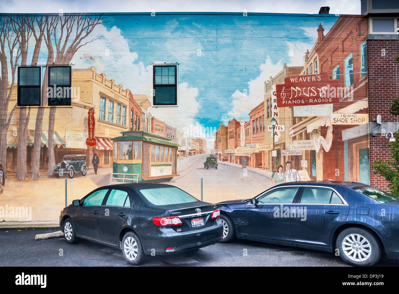 Modern cars parked at mural by Peter Goetzinger, showing Main Street in 1930s, Lewiston, Idaho, USA - Stock Image