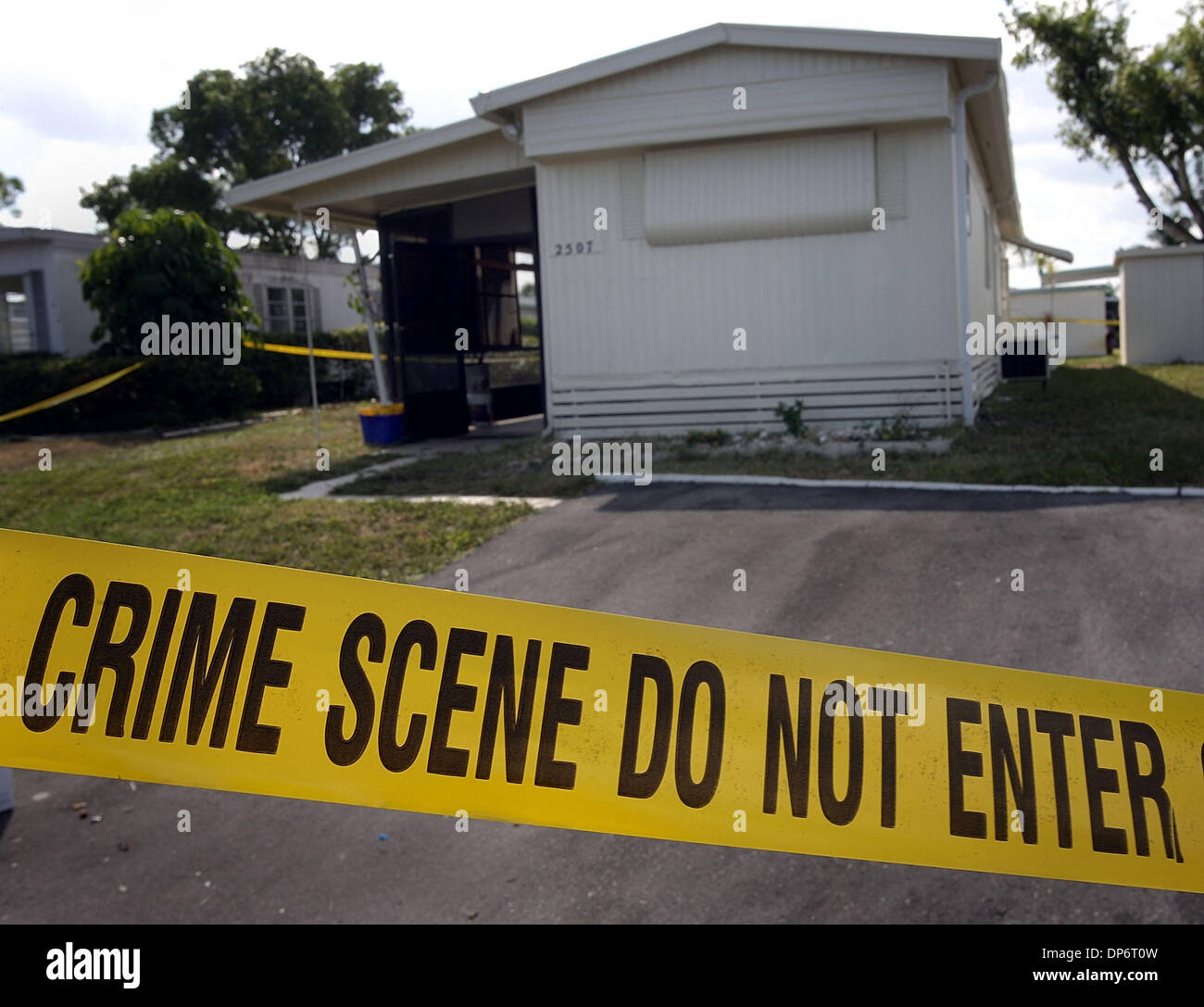 Oct 25, 2006; Boyton Beach, FL, USA; The Palm Beach County Sheriffs Department was investigating a suspicious death in this  the mobile home at 2507 N.W. 22nd Street, Wednesday. Mandatory Credit: Photo by Bob Shanley/Palm Beach Post/ZUMA Press. (©) Copyright 2006 by Palm Beach Post - Stock Image
