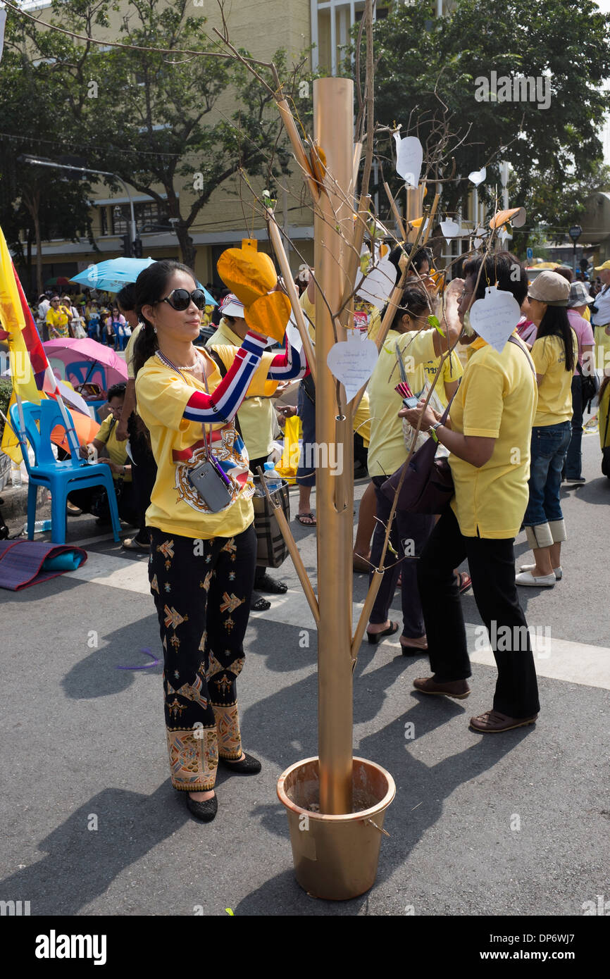 Writing Goodwill Messages on the Kings Birthday Bangkok - Stock Image