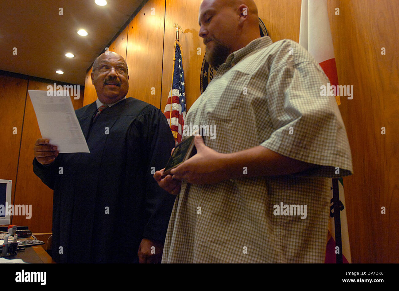 Oct 23, 2006; Sacramento, CA, USA; Judge Gary Ransom, congratulates Barry Ward Jr., who was addicted to meth after he invited him to join him at his desk on Monday, October 23, 2006 during his graduation from the Sacramento County Drug Court Program. Mandatory Credit: Photo by Hector Amezcua/Sacramento Bee/ZUMA Press. (©) Copyright 2006 by Sacramento Bee - Stock Image