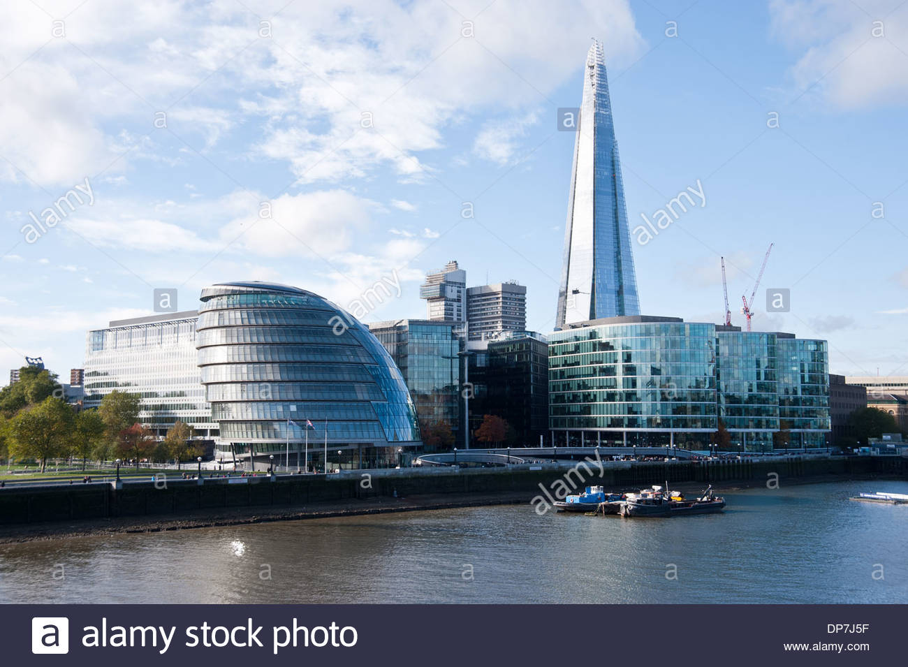 London Greater London Authority City Hall (Norman Foster) und The Shard (Renzo Piano) (City Hall is the headquarters of the - Stock Image