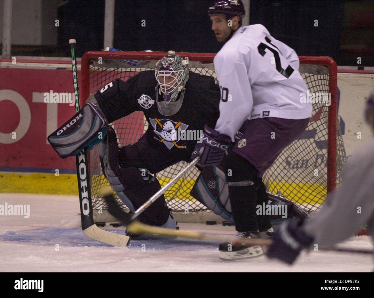 (Published 09/25/2003, D-9; UTS1762241) NC DUCKS 211470 x001 ........... September 24, 2003......... Mighty Ducks goalie Jean-Sebastien Giguere takes his work out as team players work on shooting drills during a recent training camp at San Diego sports Arena.  UNION-TRIBUNE NELVIN CEPEDA - Stock Image
