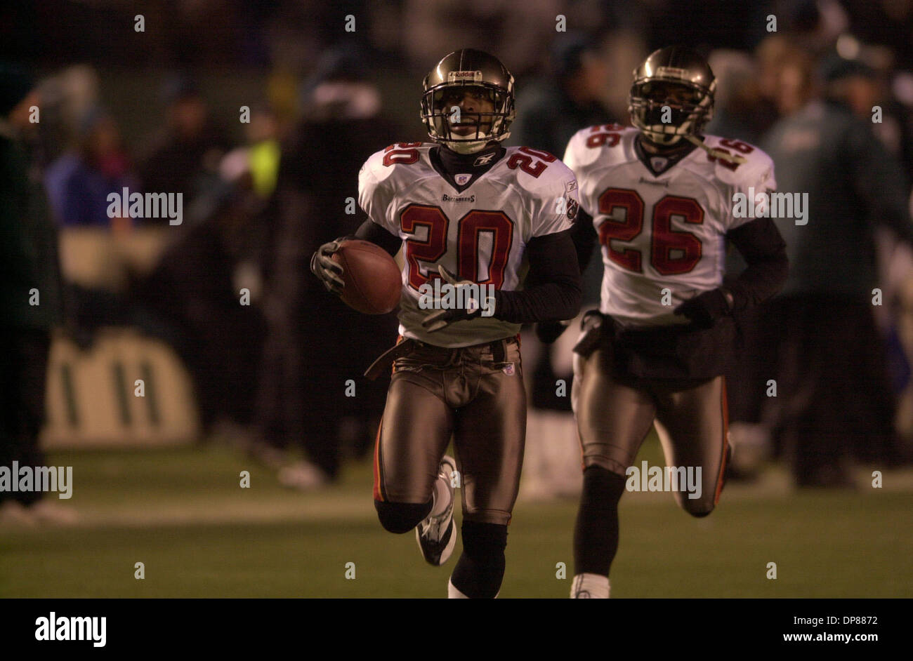 (PUBLISHED 01/20/2003, SB-9; 01/26/2003, SB-3): Tampa's Ronde Barber returns an interception for the Buccaneer's touchdown in the fourth quarter to nail down the coffin on the Philadelphia Eagles in Veteran Stadium to win the NFC championship and a berth in the Superbowl. Peattie photo - Stock Image