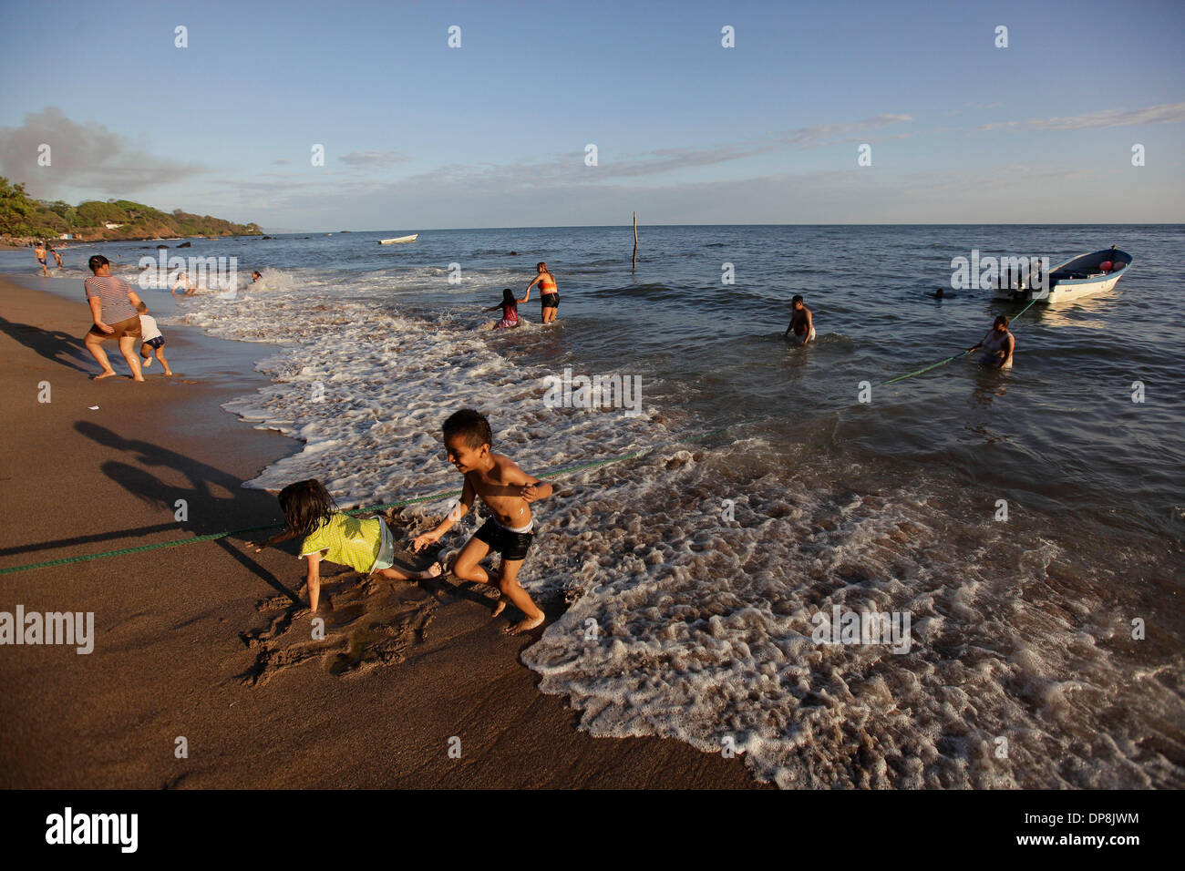 Sonsonate. 3th Jan, 2014. Photo taken on Jan. 3, 2014 shows tourists swimming during the vacation for the beginning of year, in Los Cobanos Beach, Sonsonate department, 84 km from San Salvador, capital of El Salvador. © Oscar Rivera/Xinhua/Alamy Live News - Stock Image