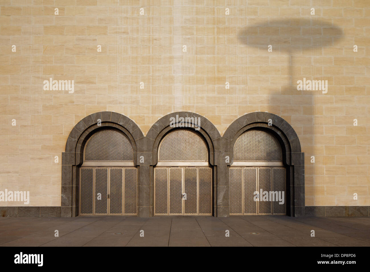 Doha Qatar: A shadow from the iconic lamps is cast over arched doors of the Museum of Islamic Art - Stock Image