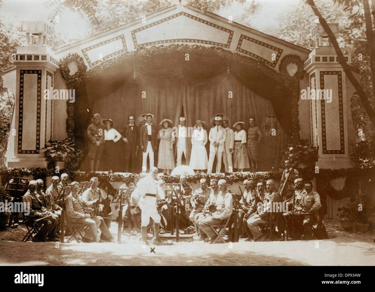 The ensemble of the front theatre 'Lovcen' with its military and creative manager Lieutenant Dr. Krüger (x) in Shkoder- 'The theatre was built in one day', was written on the back of the image. Shkoder was occupied by the Austro-Hungarian army from 1916 to 1918 during World War I. Date unknown. Photo: Berliner Verlag/Archiv - Stock Image